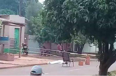 Corpo da vítima ficou entre a calçada e a rua da vila onde ele morava. (Foto: Tudo MS)