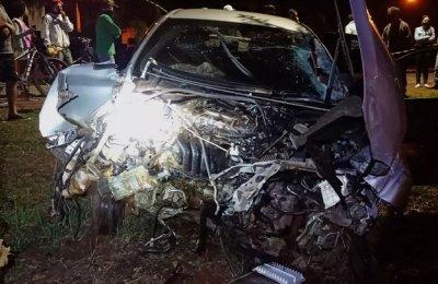 Frente do carro ficou destruída após o acidente, que aconteceu na noite de sábado (Foto: Rio Brilhante em Tempo Real)